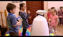 Интерактивный рекламный робот Гефест Проекция на благотворительной акции в детском саду